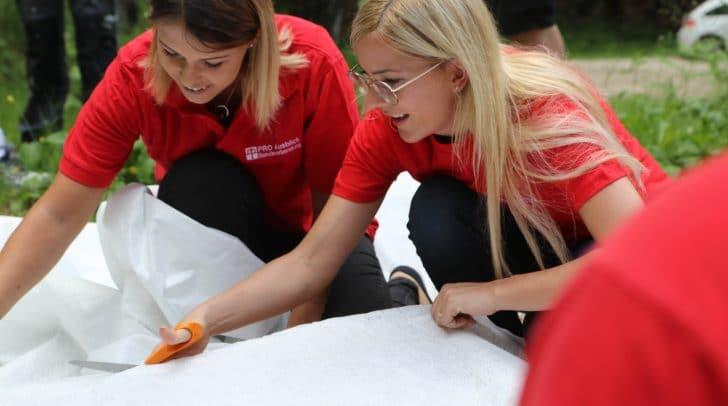 Im Rahmen der Corporate-Volunteering-Aktion bewiesen die Mitarbeiter des HOFER Kundenservicecenters in Weißenbach handwerkliches Geschick.