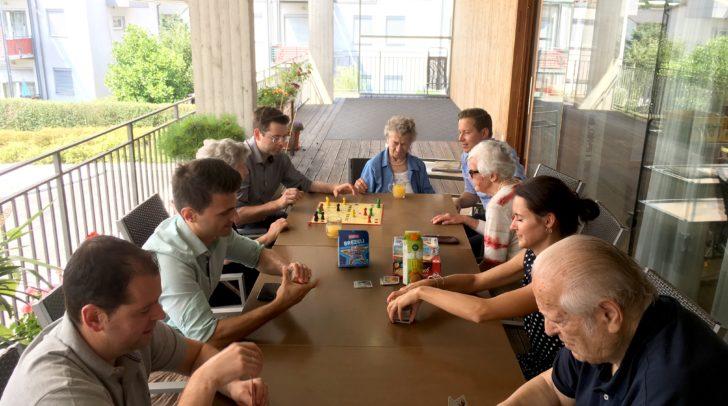 """Mit einem Spielenachmittag versüßten HOFER Mitarbeiter den Alltag der Bewohner des Seniorenzentrums """"Haus Maria Gail"""" der Diakonie."""