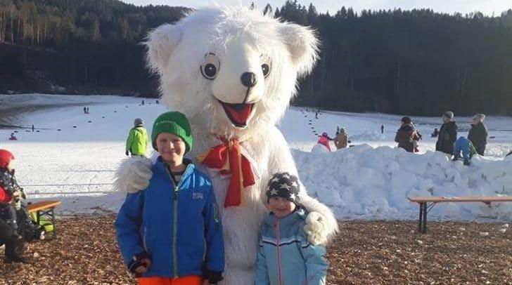Maskottchen Schlittenbär Mooky begrüßte die Kinder auf der Rodelbahn.