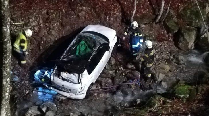 Der PKW stürzte zirka 50 Meter in ein Bachbett ab.