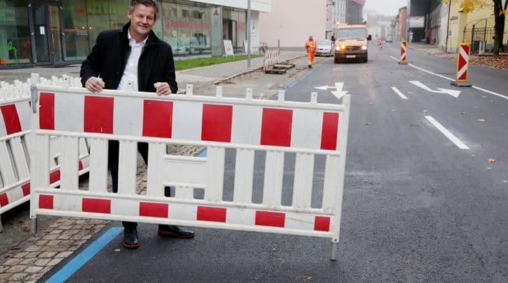 Straßenbaureferent StR Christian Scheider kurz vor Freigabe der neu sanierten St. Veiterstraße.