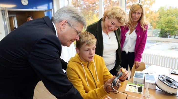 LH Peter Kaiser, Irene Hochstetter-Lackner und Schulleiterin Andrea Miklautsch mit einem Schüler.