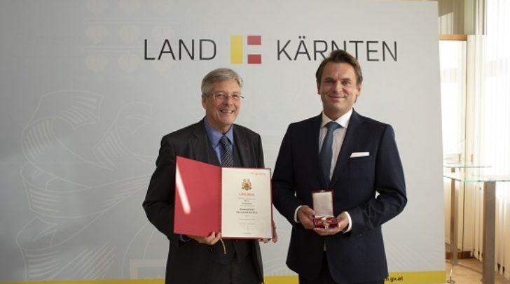 LH Peter Kaiser ehrt Harald Kitz für seine internationale Arbeit mit der HAKI Methode mit dem Ehrenzeichen des Landes.