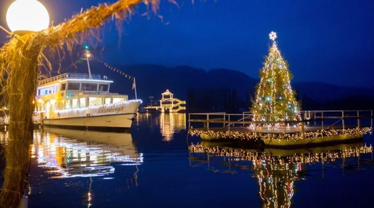Seit Freitag leuchtet der Christbaum wieder im Wasser und bringt die Weihnachtsstimmung auch an den See.