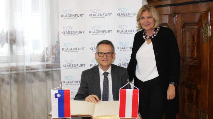 Generalkonsul Dr. Anton Novak besuchte Bürgermeisterin Dr. Maria-Luise Mathiaschitz und trug sich in das Goldene Buch ein.