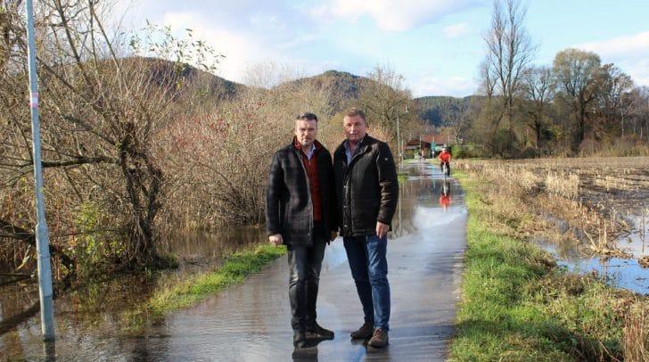 Hochwasserschutzreferent Vizebürgermeister Wolfang Germ und Ing. Peter Haslauer (Abteilung Entsorgung) beim Lokalaugenschein im Bereich Schleusenweg.
