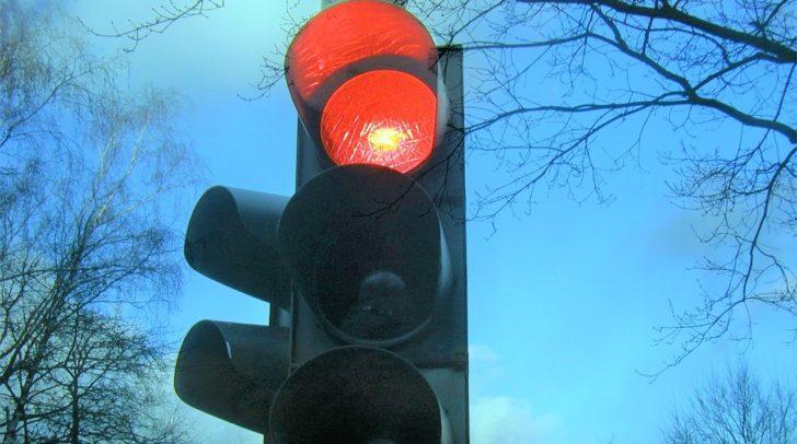 Aus bisher unbekannter Ursache kollidierte der 21-jährige PKW-Lenker mit der Ampelanlage.