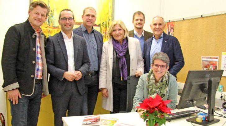 Karin Ertl mit Bgm. Maria-Luise Mathiaschitz, Vizebgm. Jürgen Pfeiler, den Stadträten Christian Scheider, Franz Petritz und Markus Geiger sowie Sozialamtchef Stefan Mauthner.