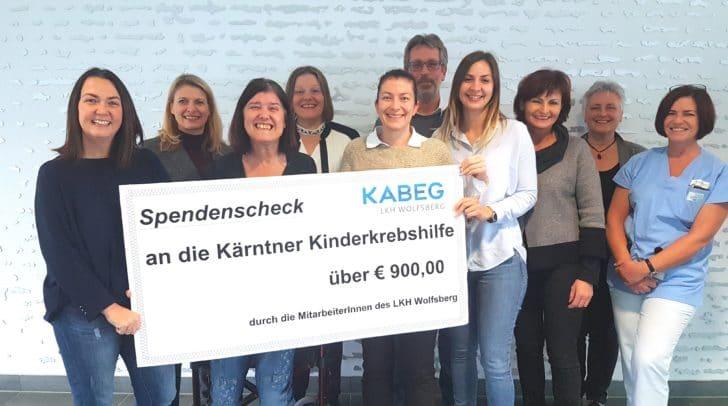 Mitarbeiter des LKH Wolfsberg übergeben den Scheck an Karin Raffalt (1. von links) von der Kärntner Kinderkrebshilfe