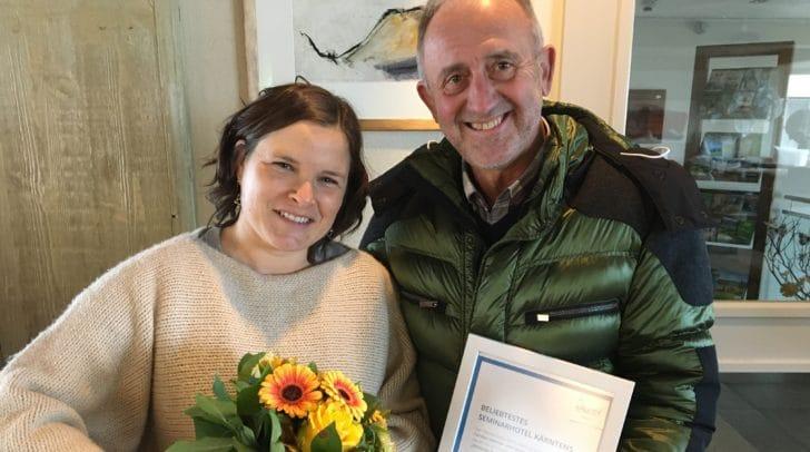 Top-Seminarhotel Karnerhof am Faaker See: Geschäftsführerin Ursula Karner freut sich über Blumen vom TVB-Vorsitzenden Gerhard Stroitz.