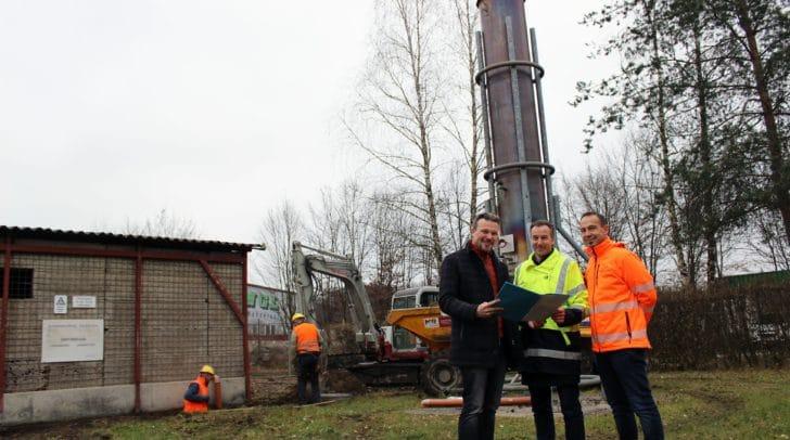 Entsorgungsreferent Vizebürgermeister Wolfang Germ, Dr. DI Johannes Novak (UTC Umwelttechnik Ziviltechniker GmbH) und Gernot Bogensberger (Leiter Abteilung Entsorgung) besichtigen die Baustelle bei der Fackelanlage am Gelände der Mülldeponie Hörtendorf.