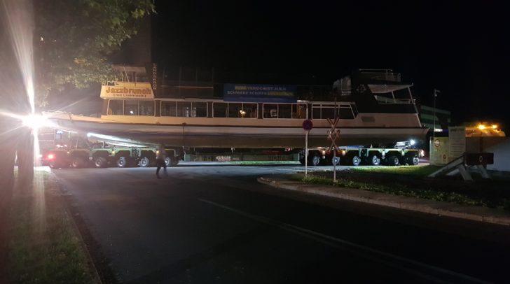 Heute Nacht wird das Schiff zum See transportiert.