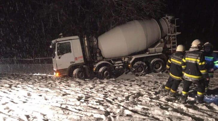 Aufgrund der schneeglatten Fahrbahn kam der LKW am Plöschenberg von der Straße ab.