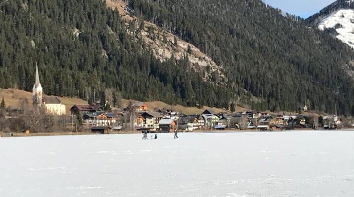 Trotz Warnung laufen die Leute Schlittschuh auf dem Weißensee.