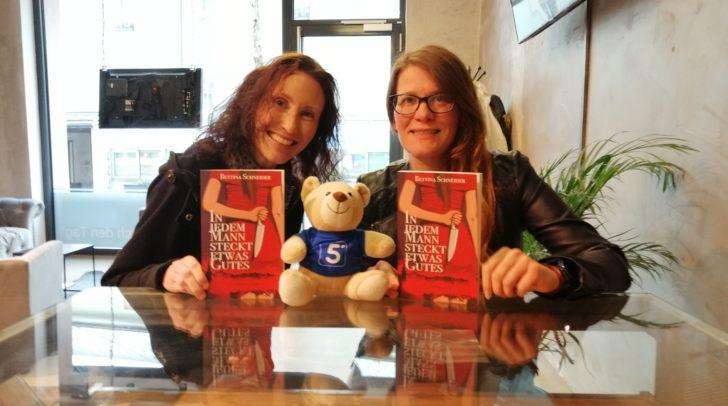 Ein Dream-Team: Verlegerin Karin Gilmore & Autorin Bettina Schneider. Auch für die Zukunft haben sie noch viel geplant.