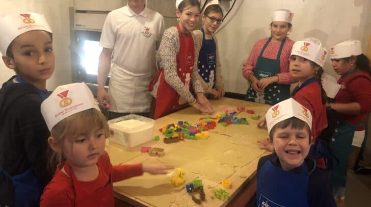 Kinderadvent-Hütte: Die Kinder sind beim Kekse backen und Lebkuchen verzieren mit großem Eifer dabei!