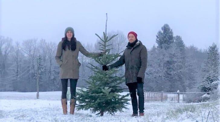 Andrea und Stefan Ackerer wollen abgeschmückten Weihnachtsbäumen einen neuen Platz zum Wachsen bieten.