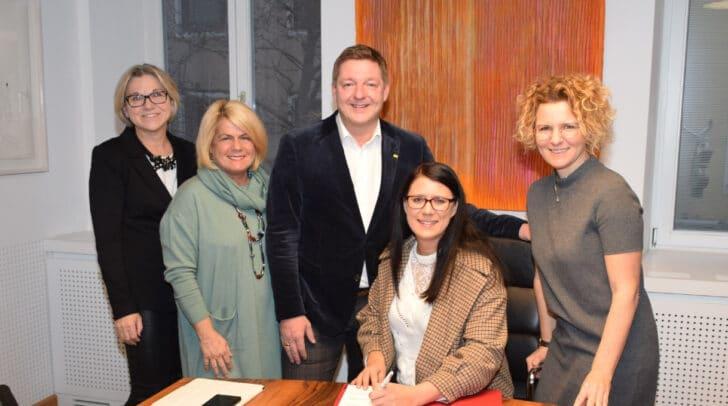 Generationenbeauftragte Anna Moser, Vizebürgermeisterin Gerda Sandriesser, Bürgermeister Günther Albel, Landesrätin Sara Schaar und Gemeinderätin Ines Wutti.