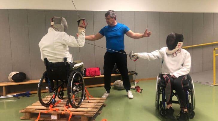 Durch Rollstuhlfechten steigt die Beweglichkeit.
