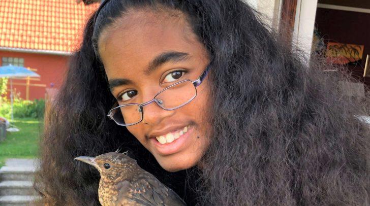 Die 13-jährige Somila hat diesen Sommer insgesamt 35 schutzlosen Vögelkindern geholfen.