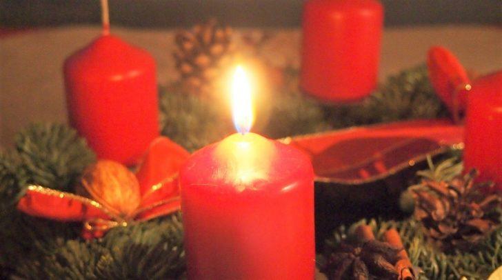 Eine vergessene, brennende Kerze auf einem Adventskranz, kann schnell einen Wohnungsbrand auslösen.