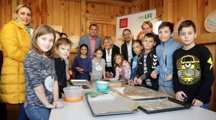 StR Markus Geiger, Maria-Luise Mathiaschitz, StR Franz Petritz mit Seminarbäuerinnen und Kindern (v.l.)