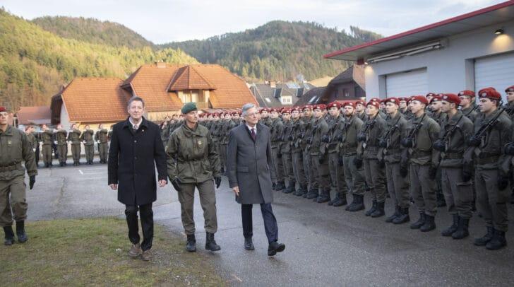 Abschreiten der Ehrenformation durch Bgm Josef Müller, den stv. Militärkommandant Stefan Lekas und LH Peter Kaiser.