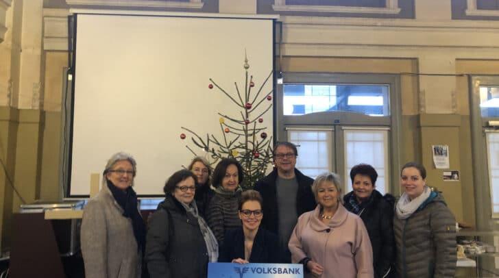 Die ÖVP Frauen mit dem Spendenscheck für die Westbahnhoffnung.