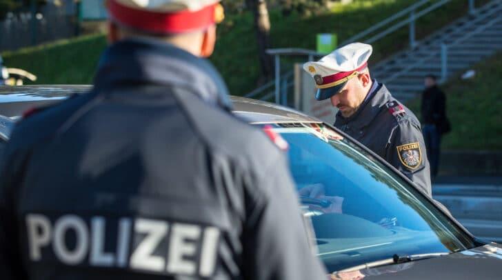 Bei einer genaueren Kontrolle entdeckten die Polizisten einen Laserblocker, der im PKW verbaut war.