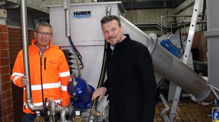Gerhard Hohl (Leiter Kläranlage) und Wolfgang Germ prüfen die neu installierten Feinrechen- und Rechengutwaschanlagen.
