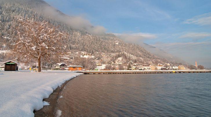 Der Ossiacher See strahlt im Winterkleid