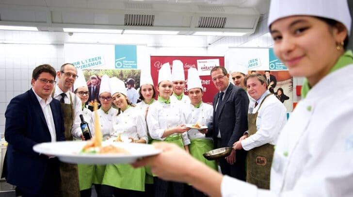 Marktreferent Stadtrat Christian Pober und KTS Direktor Gerfried Pirker versprechen sich viel von der engagierten Schulaktion am Markt.