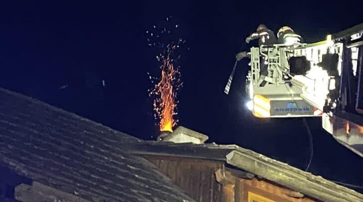 Der Kamin spuckte regelrecht Feuer.