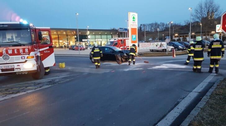 Ein Fahrzeuglenker hatte den von links herannahenden PKW einer Klagenfurterin übersehen.