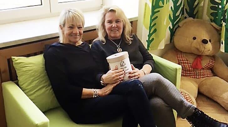 Leiterin Siegrun Marchetti (rechts) dankt Franziska Regenfelder für die Spende