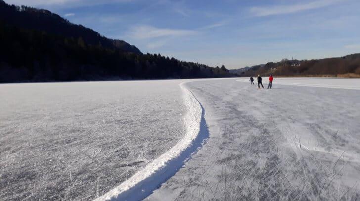 Die gekennzeichneten Eisbahnen am Rauschelesee und am Hörzendorfersee sind ab Freitag zum Eislaufen freigegeben.
