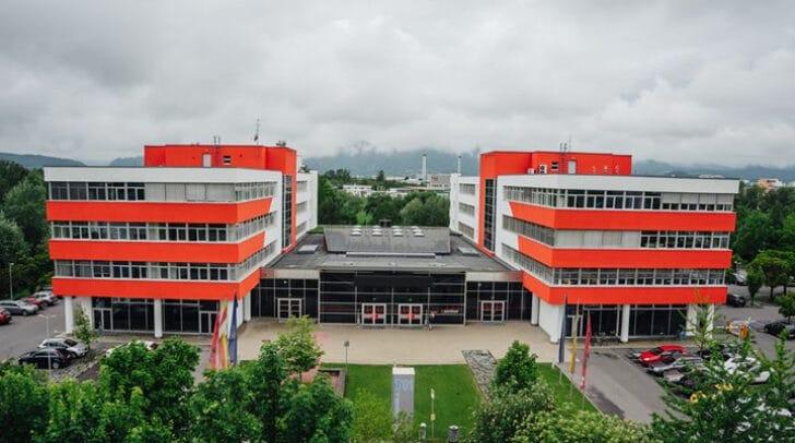 Die Lehrveranstaltungen werden per Videokonferenz live vom Campus Villach direkt nach Hause oder in die Räumlichkeiten der Firma PMS in St. Stefan übertragen.