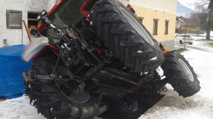 Der Traktor steckte in einer Güllegrube fest und drohte umzustürzen.