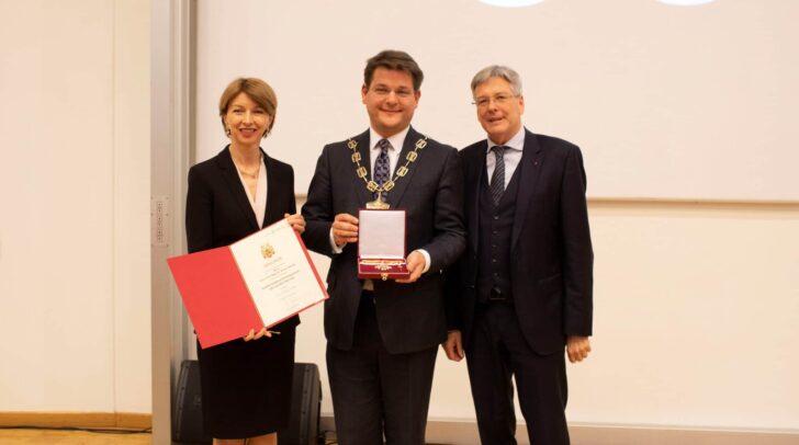 LHStv. Gaby Schaunig-Kanduth und LH Peter Kaiser verleihen Rektor Oliver Vitouch das goldene Ehrenzeichen des Landes.