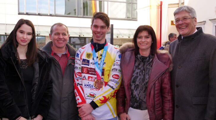 Philip Hoffmann im Bild mit der gesamten Familie und LH Peter Kaiser.