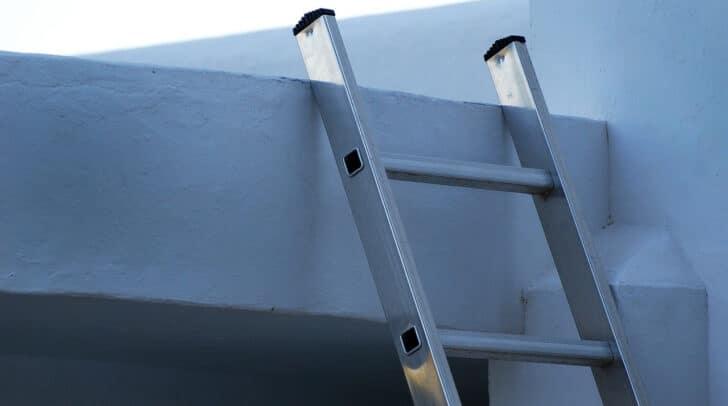 Aus etwa drei Metern Höhe fiel der Arbeiter heute Vormittag von der Leiter und verletzt sich dabei unbestimmten Grades.