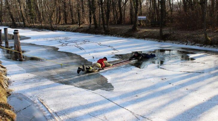 Vor kurzem simulierte die Berufsfeuerwehr Klagenfurt eine Rettung am Lendkanal um vor Ort zu zeigen, wie gefährlich ein Eiseinbruch sein kann.