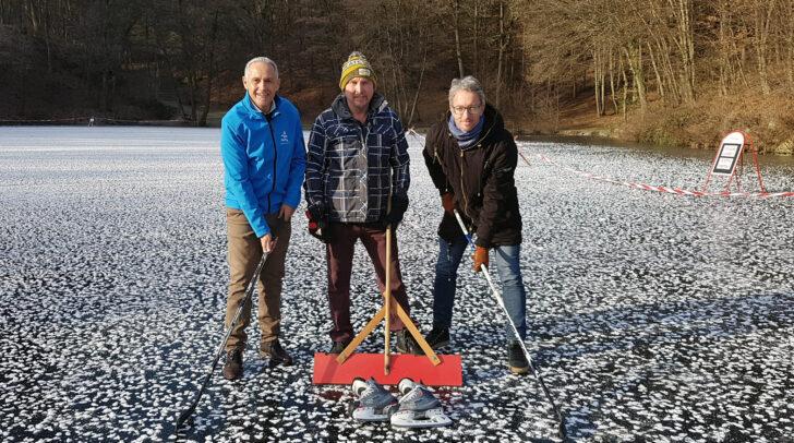 Sportreferent Vzbgm. Jürgen Pfeiler, Fischerwirt-Chef Peter Rulofs und Christian Jochum (DS Sport) freuen sich, kostenloses Eislaufen am Kreuzberglteich anbieten zu können.
