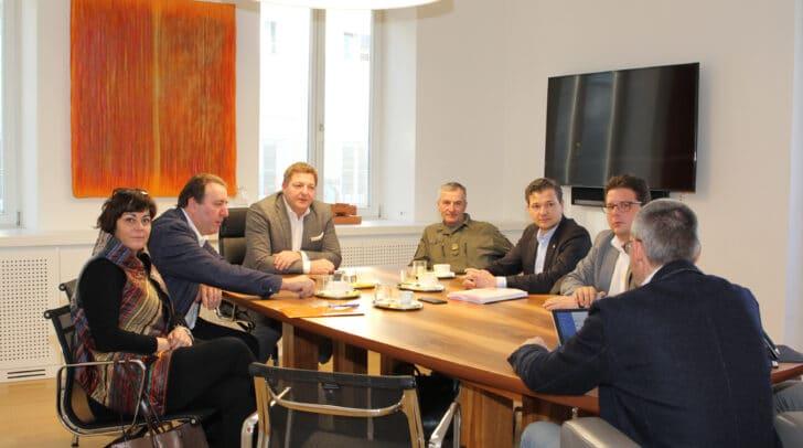 Runder Tisch zur Henselkaserne:<br /></noscript>Villachs Stadtpolitik und Oberst Volkmar Ertl im Gespräch.