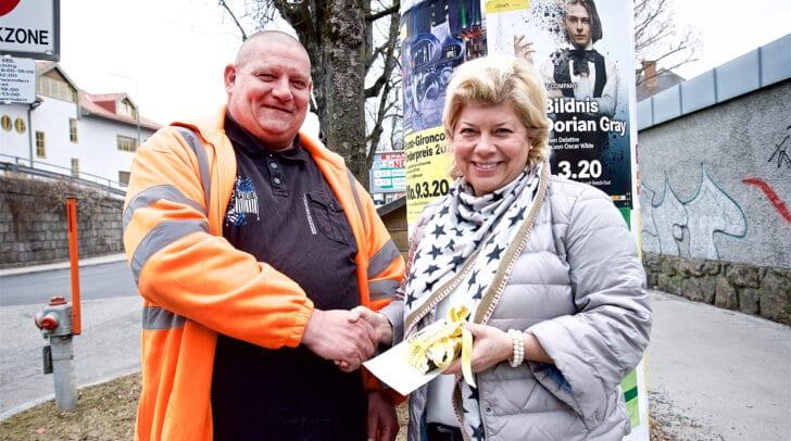 Dankeschön! Vizebürgermeisterin Irene Hochstetter-Lackner bedankte sich bei Viertelputzer Meinhard Janda für sein Engagement.