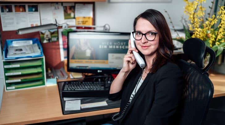 Die MitarbeiterInnen der Telefon Seelsorge – im Bild Barbara Ogris – schenken Hilfesuchenden ein Ohr und helfen ihnen weiter.