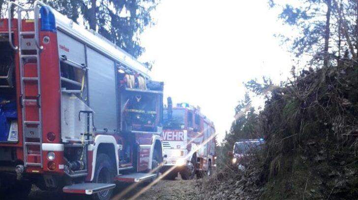 Am Einsatzort angekommen konnten die Kameraden der Feuerwehren den Brandherd schnell ausfindig machen und fanden heraus, dass es sich nicht um einen Waldbrand handelte.