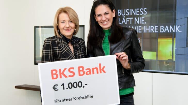 Jasmine Mrak-Caamaño - Geschäftsführerin der Krebshilfe Kärnten nimmt die Spende von Sabine Lax - Leiterin der BKS Bank-Direktion Kärnten dankend entgegen.