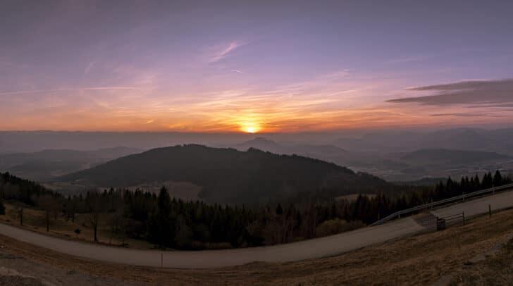 Bereits in den frühen Morgenstunden machen sich die Pilgerinnen und Pilger beim Vierbergelauf auf den Weg.