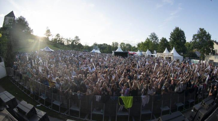 Die Schlosswiese in Moosburg verwandelt sich hoffentlich auch in diesem Sommer zu einer großen Bühne.